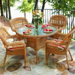 Плетёный стол и стулья